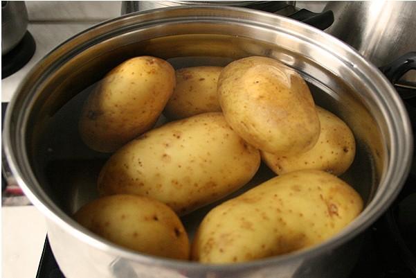 Як правильно варити картоплю в мундирі щоб вона не розварилася