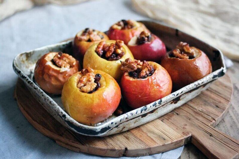 Запечені яблука в духовці - 10 рецептів